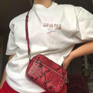 Röd ormskinnsväska med silverdetaljer från Zara, justerbart axelband. Dustbag och midjeband kommer med!💖