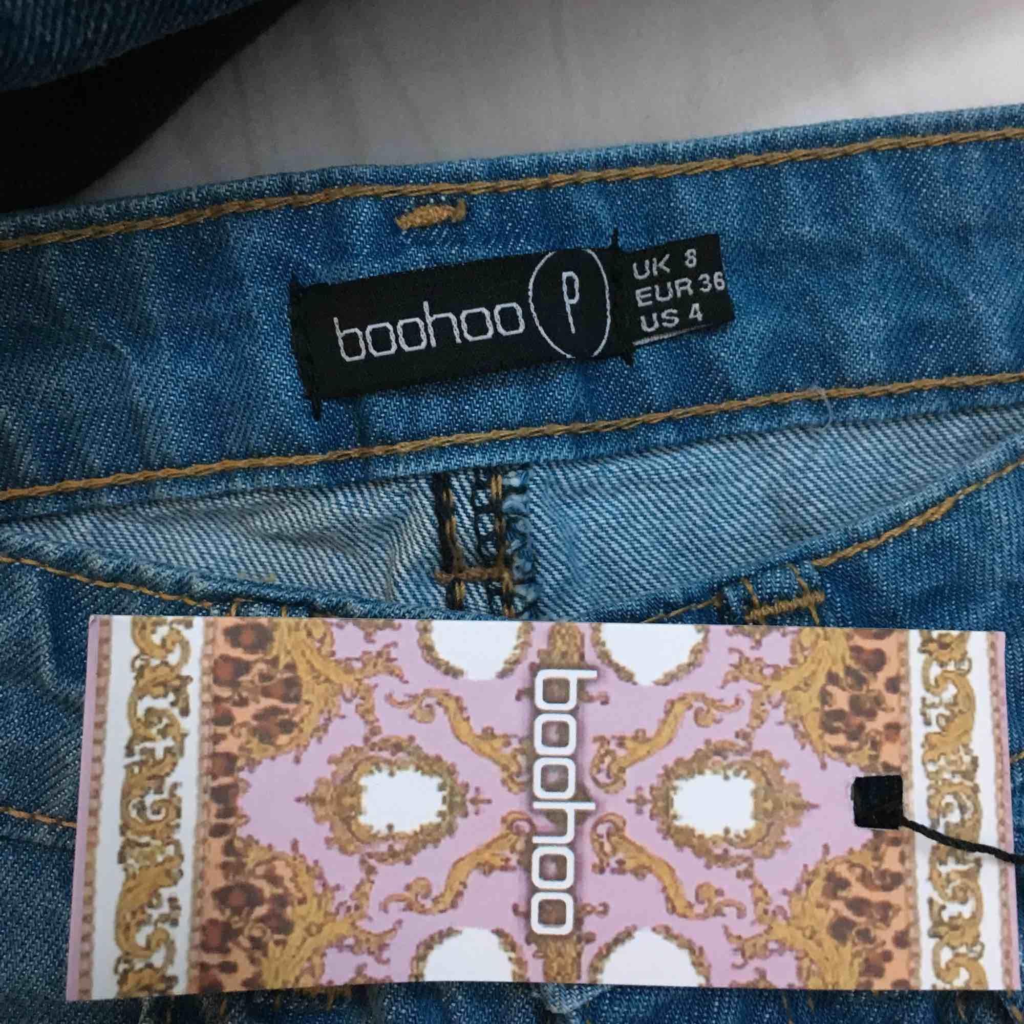 Supersnygga lite mom jeans aktiga byxor från boohoo! Är dessvärre lite för små på mig. Helt oanvända! Passar för de som är 1.60 och kortare. Skriv för intresse! ☺️. Jeans & Byxor.
