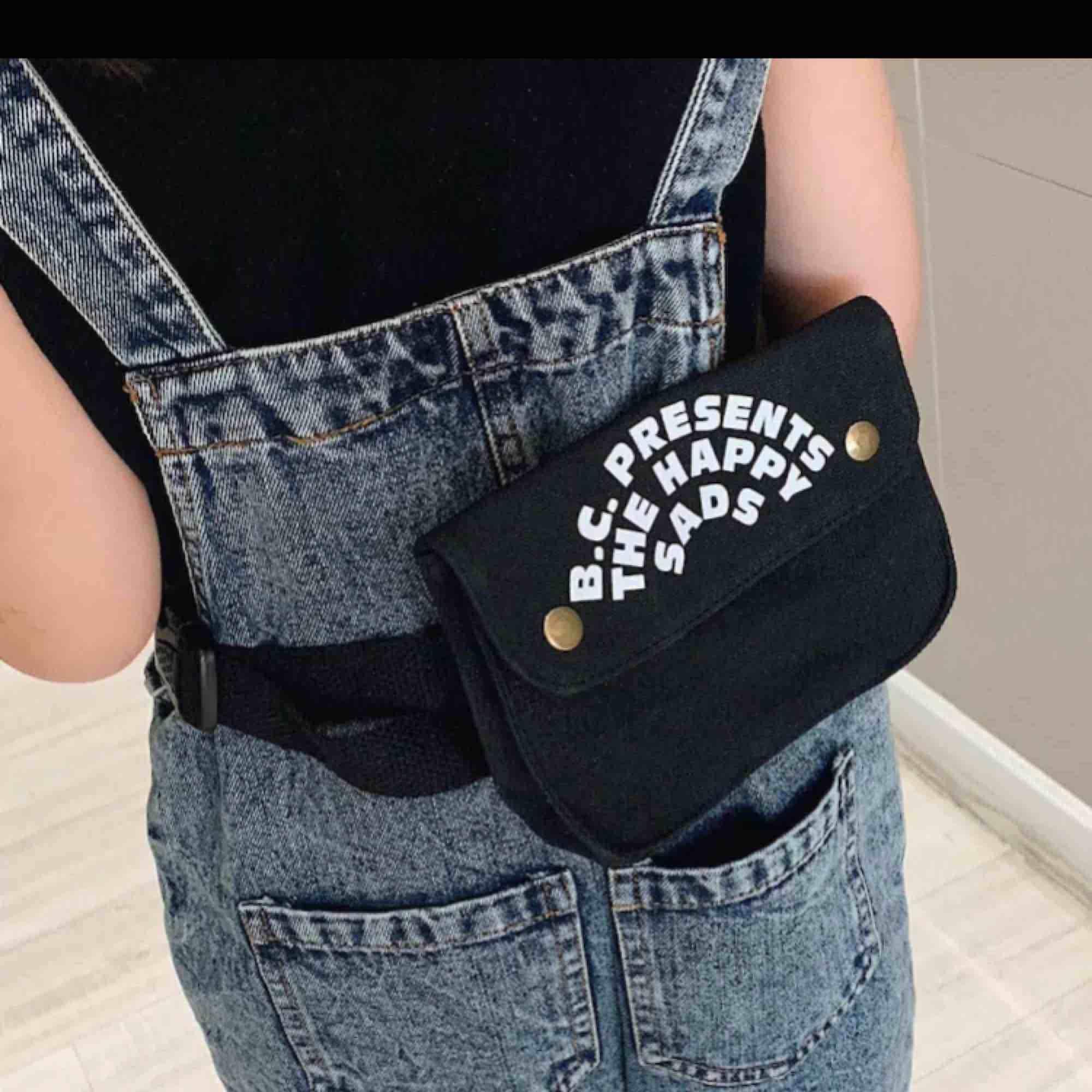 Väska 16x11x4. Bälte 85,5 cm. Cute small svart väska. Kan frakta. Priset kan diskuteras. Kan också mötas i Malmö, Lund eller Hörby . Väskor.