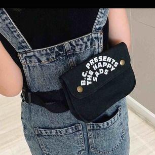 Väska 16x11x4. Bälte 85,5 cm. Cute small svart väska. Kan frakta. Priset kan diskuteras. Kan också mötas i Malmö, Lund eller Hörby