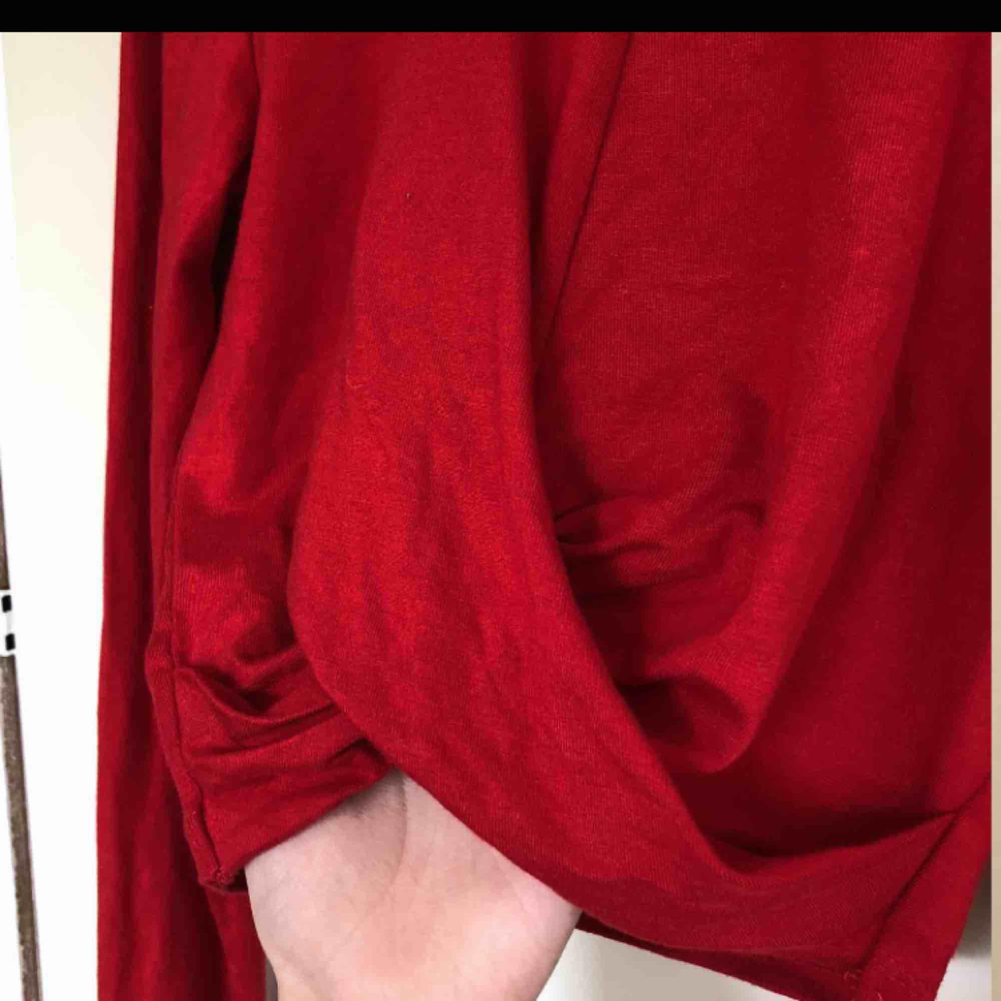 Jätte snygg red tight top ❤️ priset kan diskuteras, frakt tillkommer. Kan mötas i Malmö, Lund eller Hörby. Bara testat❤️❤️. Blusar.