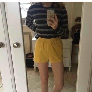 Superfina manchester-shorts i en fin gul färg. Köpta från Urban Outfitters 🥺✌🏼