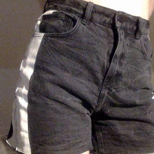 Svart vita hög midjade shorts från hm i bra skick.