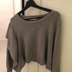 Säljer en superfin grå tröja ifrån zara med volangärm💞💞
