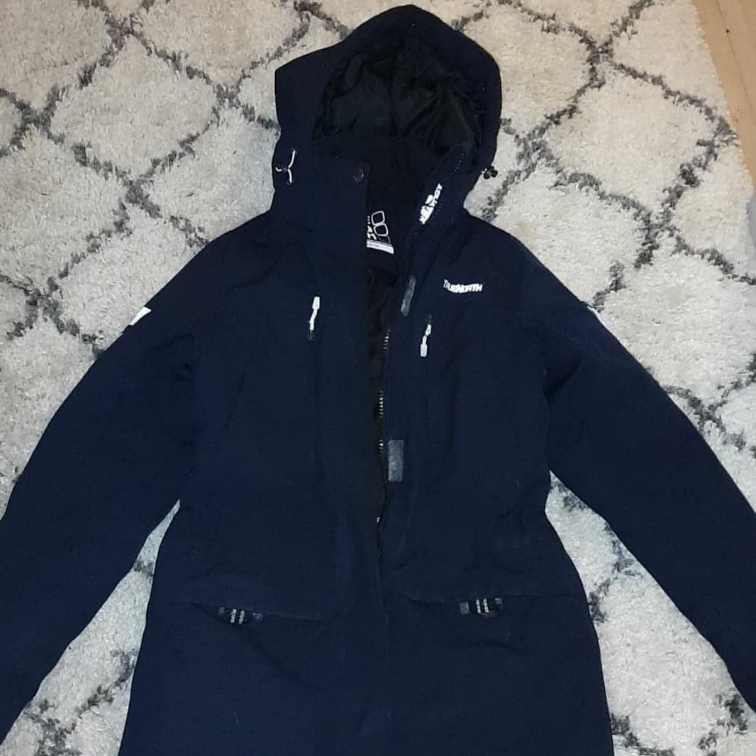 Mörkblå vinterjacka som är lite längre i modellen. Finns päls med att sätta på luvan (ej äkta) Köparen står för frakten! . Jackor.