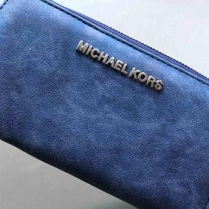 Säljer en helt oanvänd Michael kors plånbok som är i väldigt fin blå färg. Helt oanvänd