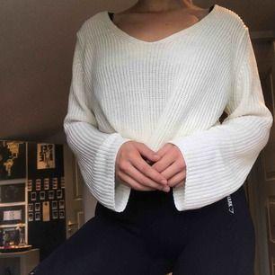 Super fin vit stickad tröja med söta knytningar vid sidan, köpt på Lindex för några år sedan men aldrig använd. Nyrpis ca 250kr 💕