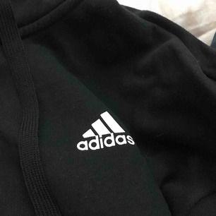 Adidas luvtröja som är använd 3 gånger. Har en dragkedja. Används aldrig av mig då det inte är min stil. 🤗 skriv för intresse!