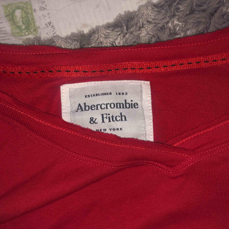 En tröja från Abercrombie & Fitch som är jättefin på men kommer tyvärr inte så mycket till användning. Storleken i tröjan står som XL men passar bättre som L. Tröjan är använd 1 gång och är därför väldigt bra skick. . Toppar.