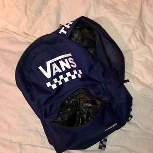 Jättesnygg ryggsäck från vans som jag nu tillslut säljer efter sparsamt användande. Bra skick och kan frakta. Köpt för 449kr på carlings i september 2018. Hör av er om ni undvara något! Vad som helst 😊