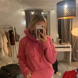 Älskar passformen på denna hoodie, lagom oversize på mig😍
