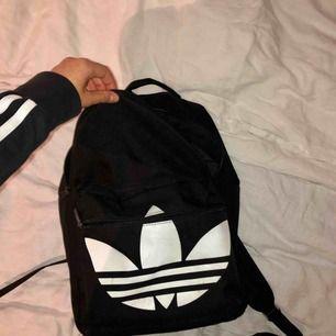 Säljer tillslut min snygga adidas originals ryggsäck i bra skick! Köpt för 349kr och sparsamt använd. Fraktar och hör av er kring frågor eller liknande😊