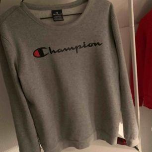 Sweatshirt från champion i bra skick! Den är i X-Large i barnstorlek vilket motsvarar XS/S 😊