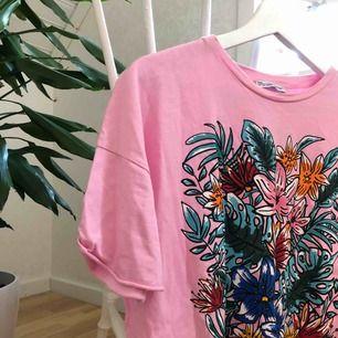 Väldigt fin T-shirt från zara, använd sparsamt, sitter loose på kroppen. 42kr frakt<3