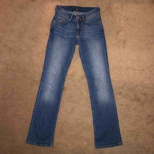 Mörkblå bootcutjeans från Lee i bra skick. De är gjorda i stretchigt jeansmaterial, har medelhög midja och fickor bak och fram. Ev. Fraktkostnad står köpare för!