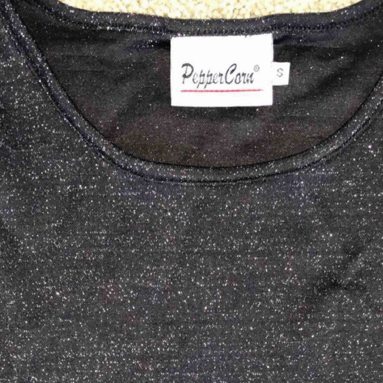 Säljes då den inte används och passar säkert bättre i någon annans garderob!😁 Svart och glittrig🌸🛍🌈. T-shirts.