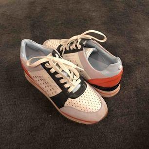 Säljer nu mina Michael Kors sneakers! Nya kostade dem 1500kr, men säljer dem för 350kr. Knappt använda, då det inte är min stil. Supersköna att gå i och har mycket snygga detaljer!