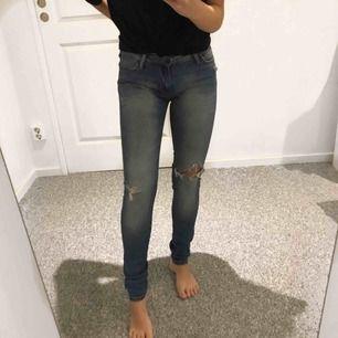 Mellanblå slitna jeans från crocker, storlek w25 l32! 💫
