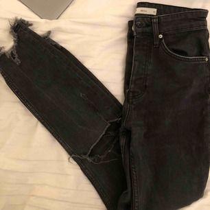 """Så snygga jeans med slitningar ifrån ginatricot. I modellen """"sienna"""" Köparen står för frakt🥰  (är ca 164cm lång)"""
