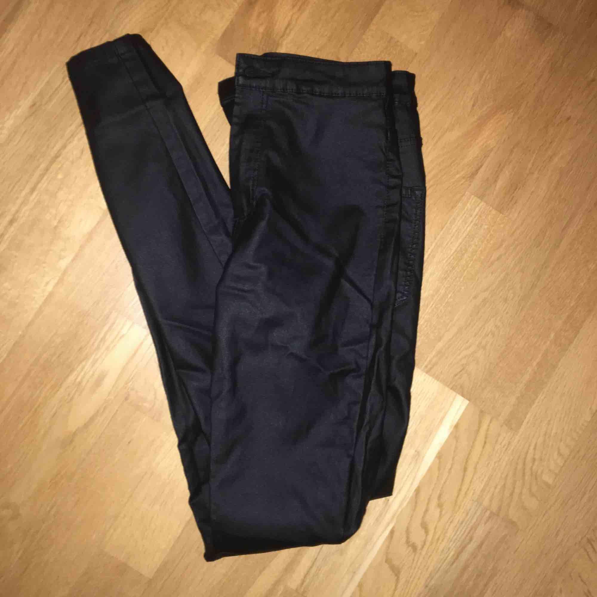oanvända skinnbyxor från Vero Moda i storlek S. Jeans & Byxor.