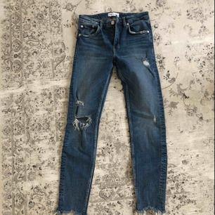 Supersnygga jeans från zara som är helt oanvända!!  Skitsnyggt med den råa kanten och slitningarna   Kan mötas i Linköping men annars står köparen för frakten (59kr)