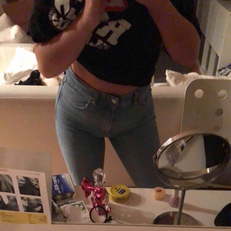 Säljer dessa skit snygga lite kortare och utsvängda jeans från zara! Sitter sjukt bra på och är extremt sköna!  . Jeans & Byxor.