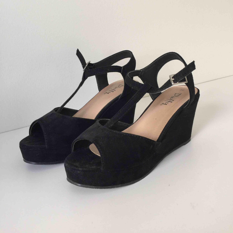 Svarta skor med kilklack från Duffy. Väldigt sällan använda, Max 2 gånger. Fläckarna som syns på bilden är damm och är borttagna nu. . Skor.