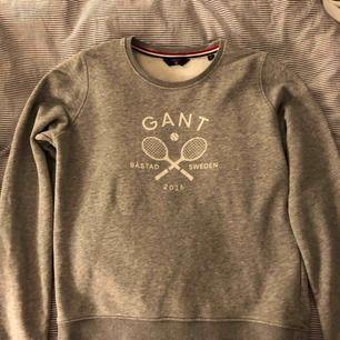 En använd GANT tröja i bra skick! Den är väldigt ny, men säljer pågrund av att den köptes i fel storlek.
