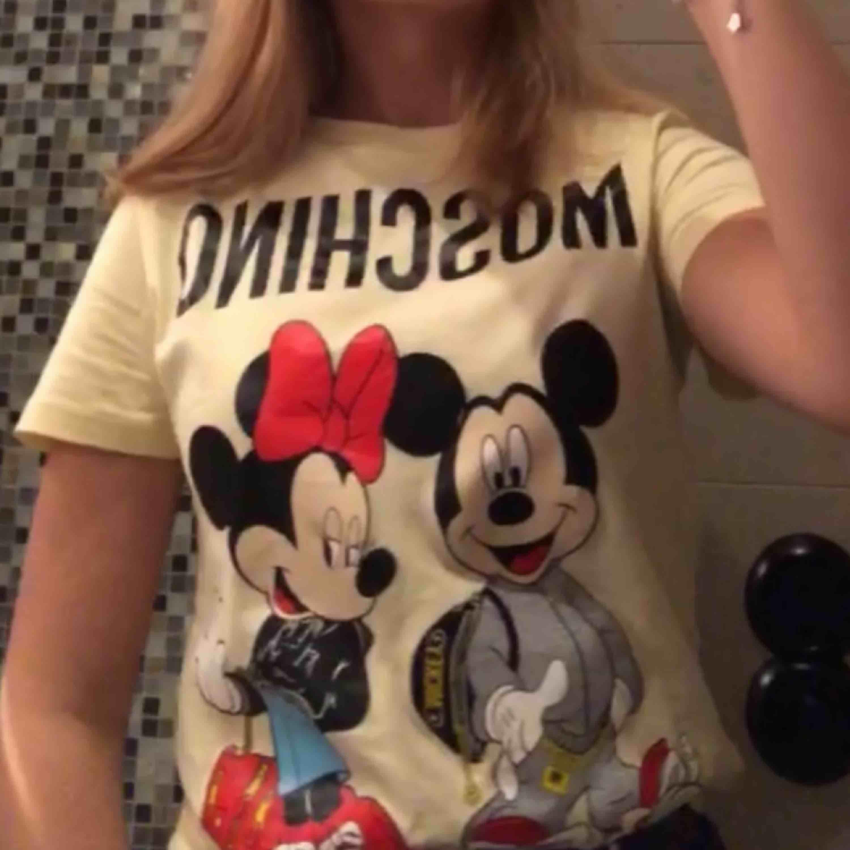 Säljer min skit coola Moschino x hm t shirt som tyvärr inte kommer till användning längre :( Den finns inte längre att köpa därav priset 💗 Pris kan diskuteras vid snabb affär!. T-shirts.