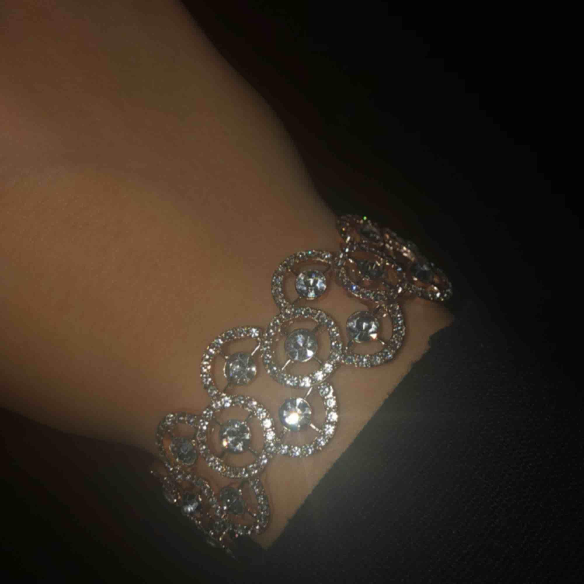 Helt nytt superfint armband! Säljer pga inte min stil.. Accessoarer.