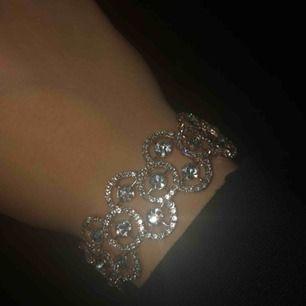 Helt nytt superfint armband! Säljer pga inte min stil.