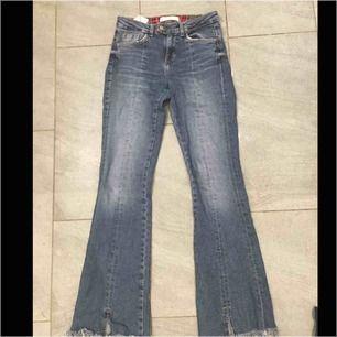 Jätte snygga flaired byxor från Zara! Jätte gott skick, använt Max 5 gånger pga att dem har blivit lite försmå!❤️