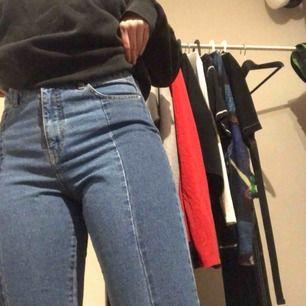 Fina jeans i bra skick! Storlek 29 och 34 i längd. Sitter skit bra på och formar sig efter ens kropp. Köpt på second hand. Köparen står för frakten och betalning sker via Swish!❤️😊🌟⭐️🌟