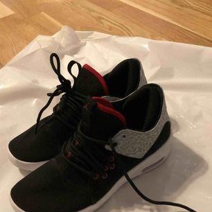 Säljer mina Jordans som jag bara använt en gång. Dom är lite små i storleken har själv 37 i skostorlek men behövde en storlek större.  Nypris 1000kr Mitt pris 550kr