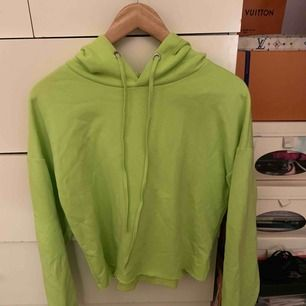 en hoodie som är kort! Har inte klippt utan köptes så :) superfin men färgen passar inte mig tyvärr :( kan mötas upp i Stockholm och söder, kan frakta också om de skulle behövas men köpare står för frakt