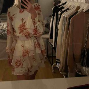 Supergullig klänning från gina, tyvärr aldrig använt, köpare betalar frakt