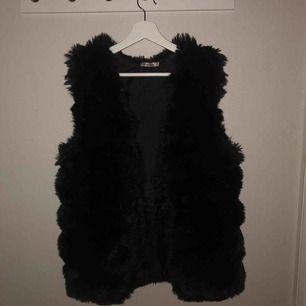 Lite mindre i storleken:) svart pälsväst från tessie, använd ett fåtal gånger:)