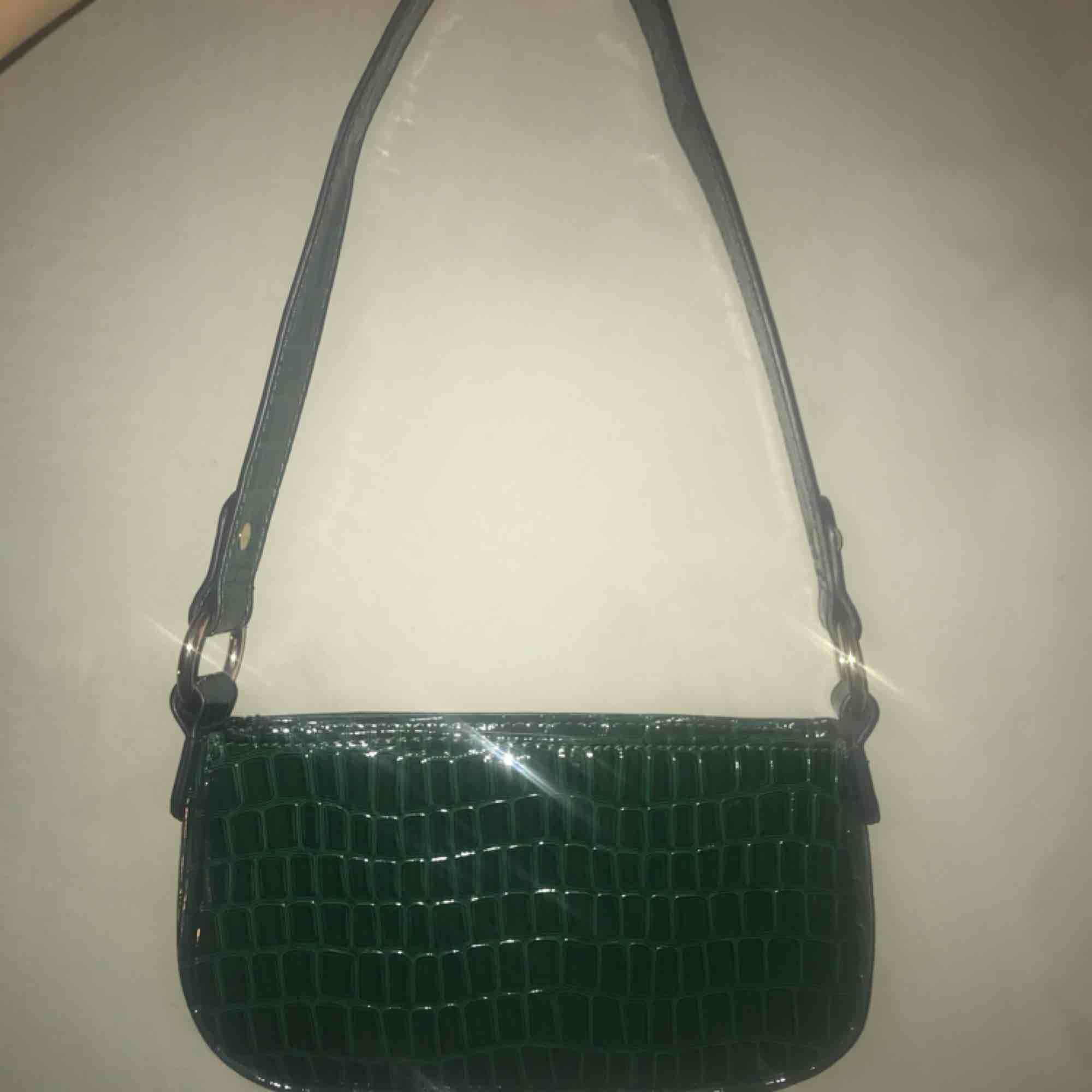 Grön axelväska från asos Nästan alltid slutsåld Knappt använd. Väskor.