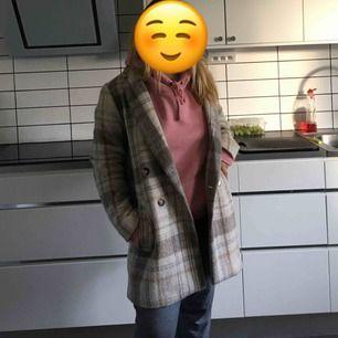 Säljer denna kappa pågrund av att den är för liten:/  Använd några fåtal gånger och ser ny ut.  Hon som har kappan på sig är storlek S/M.  Jag föredrar att man ska kunna ha en tjockare tröja under kappan.