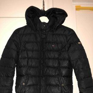 Säljer min Tommy Hilfiger jacka som jag haft som både höst och vinterjacka.  Nypris 2199kr Mitt pris 700kr