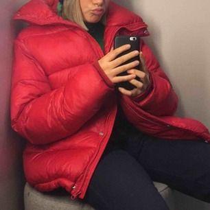 Snygg röd jacka. Super gosig och varm! Köparen står för frakt, kan över mötas upp i sthlm💓💘