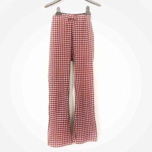 Röd-rutiga byxor med stretchigt material ❤️❤️ älskar dom men är tyvärr för små för mig! Frakt ingår📮