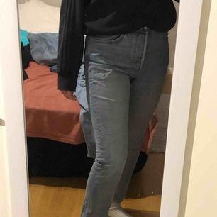 Snygga jeans från weekday i modellen Line. Storlek 29/28. Köparen står för frakten och betalning sker via Swish!❤️😊🌟⭐️🌟