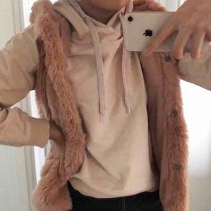 Pälsväst (ej äkta) från Zara kids, storlek 152 men passar XS-S. Fint skick, använd ett fåtal gånger. Frakt tillkommer på 63kr (spårbart)