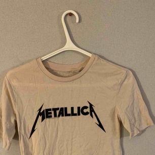 Snygg Metallica t-shirt!!! Aldrig använd, köpt för länge sen på H&M. Frakt tillkommer