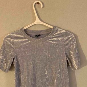 """Cool """"crushed velvet"""" t-shirt i strl XS köpt på bokbok för längesen!! Aldrig använd. Frakt tillkommer!"""
