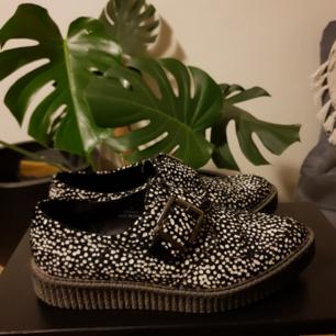 Finskor från Asos. Prickiga skor i pälsliknande material med spännen. Unika och sköna skor. Använda ett fåtal gånger och de är felfria.