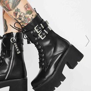 Världens finaste skor från dollskill.com som jag tyvärr måste sälja då de inte passar!  Org. pris ligger på ca 700kr. 🖤