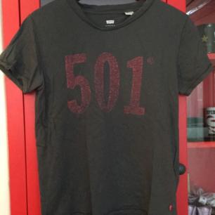 Levi's t-shirt. Storlek M💓 Köparen står för frakten 💝