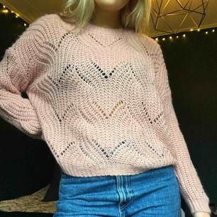 Rosa, stickad tröja av mjukt material! Aldrig använd. Perfekt till hösten!💕 Eventuell frakt tillkommer